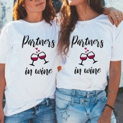 Besties T-shirt met de Tekst 'Partners in Wine'