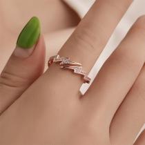 Moderne Ring in Bliksemvorm met Ingelegd Strass
