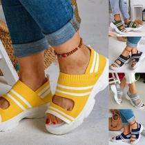 Moderne Sandalen met Contrasterende Kleuren Dikke Zolen en Open Neuzen