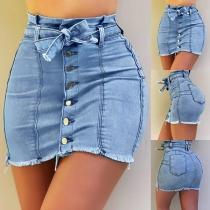 Moderne Jeansrok met Hoge Taille Slanke Pasvorm Gerafelde Zoom en Knoppen