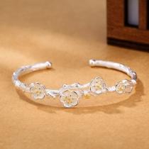 Modieuze Zilverkleurige Armband met Pruimenbloesemdesign