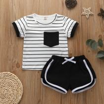 Eenvoudige Tweedelige Set voor Baby's bestaande uit een T-shirt met Korte Mouwen en Ronde Hals + Broekje