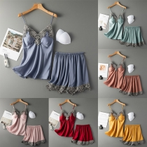 Sexy Nachtkledingset met Kanten Design bestaande uit een Topje met Open Rug Bandjes en V-hals + Short