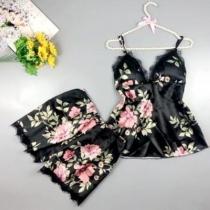 Sexy Nachtkledingset met Kanten Design bestaande uit Topje met Vrije Rug V-hals en Bandjes + Shorts